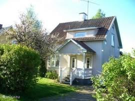 Welkom in ons Sunnehuset. Sunnehuset is een comfortabel ingerichte woning in een buitenwijk van Munkfors op slechts 10 minuten lopen van het bos. In de omgeving vindt u prachtige wandelroutes en vele culturele activiteiten. Of liever zwemmen of vissen in één van de vele meren??