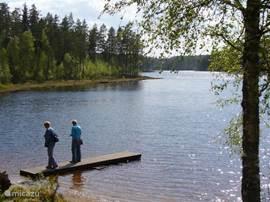 Wandelen rondom het aan de oostkant  van Munkfors gelegen meer Vågsjön. De Vågsjönrundan. Zo kent Munkfors nog een tiental bewegwijzerde wandelingen.