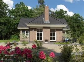 Luxe villa op 650 m2 grond. Ruime woonkamer met gashaard, moderne keuken en vloerverwarming. 2 Badkamers en 2 wc's, extra wastafel op slaapkamer.  Buitenhaard + diverse terrassen