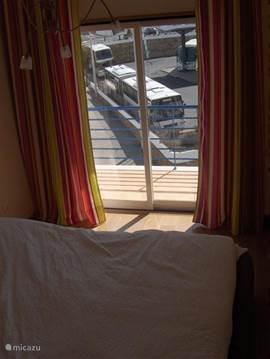 Slaapkamer met balkon.
