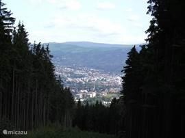 Uitzicht over Liberec en het Reuzengebergte erachter
