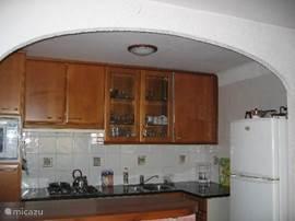 keuken met vaatwasser, gas- kookplaat combi-magnetron, dubbeldeurs koelkast, senseo-koffiezetapparaat, waterkoker,close-in boiler