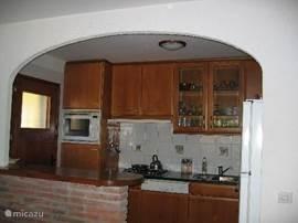open keuken met Amerikaanse koelkast, combi-magnetron, vaatwasser, met toegang naar het zijterras