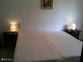 Andere slaapkamer met airco, verwarming en inbouwkasten