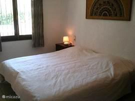 1 van de slaapkamers. lekker lichte kamers met comfortabele bedden, airco, verwarming en inbouwkasten