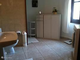Nog een foto van de ruime badkamer