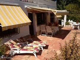Heerlijk zonneterras met veel privacy! Ligbedden, tuinset met stoelen en zonneschermen