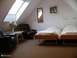 Tweepersoons slaapkamer met zitje. Er zijn 6 ruime slaapkamers in totaal. 3x 2 pers. 2x 4 pers. en 1x 8 pers.