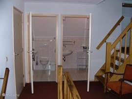 Als je de trap opgaat zie je hier de Douche en wc en nog een klein trapje naar de volgende etage.
