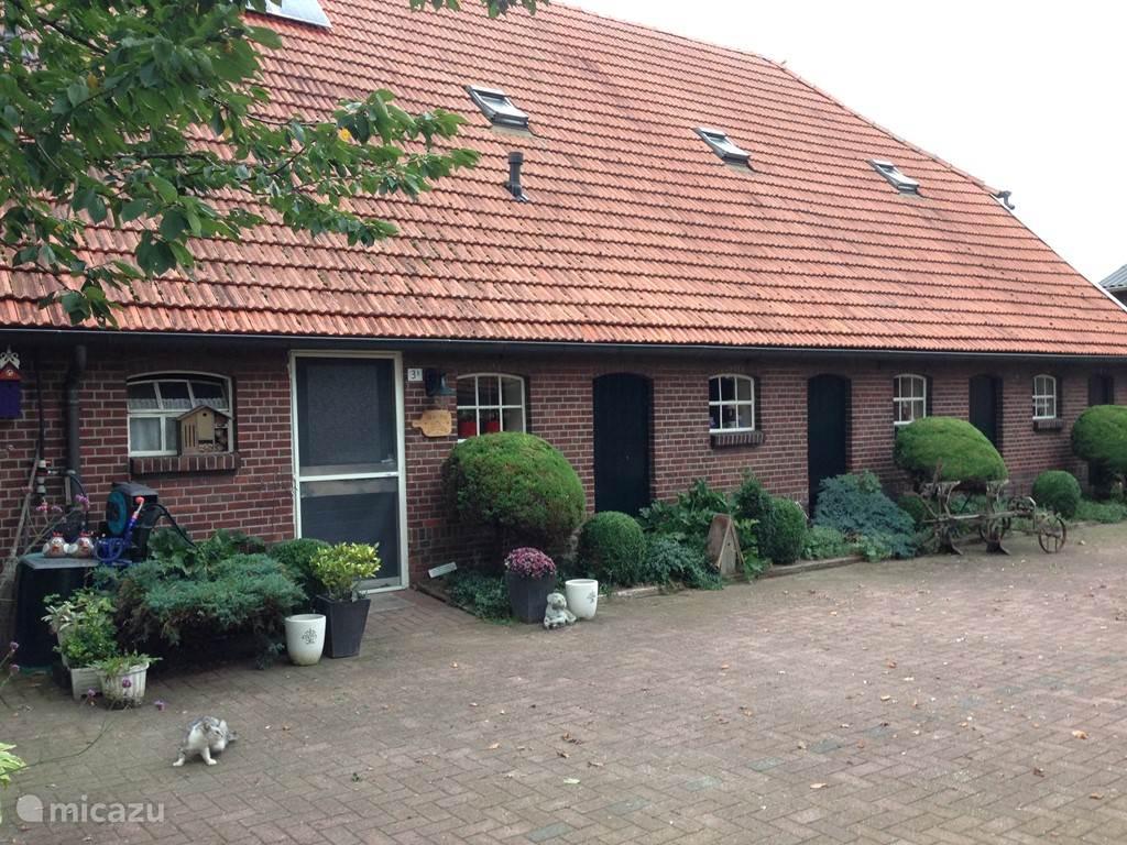 Zijkant vd groepsaccommodatie Kraanswijk met entree