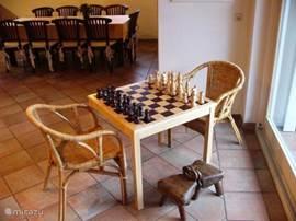 Voor de schaakliefhebber, dit grote schaakbord. daarnaast nog allerlei spelletjes aanwezig voor als het eens slecht weer is.