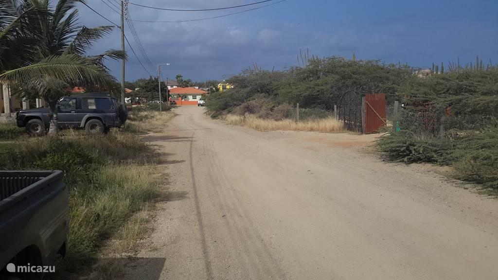 De vakantiebungalow ligt aan een rustige zandweg