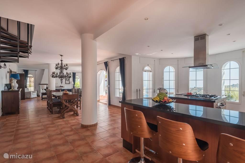 uitzicht vanuit keuken op eetkamer