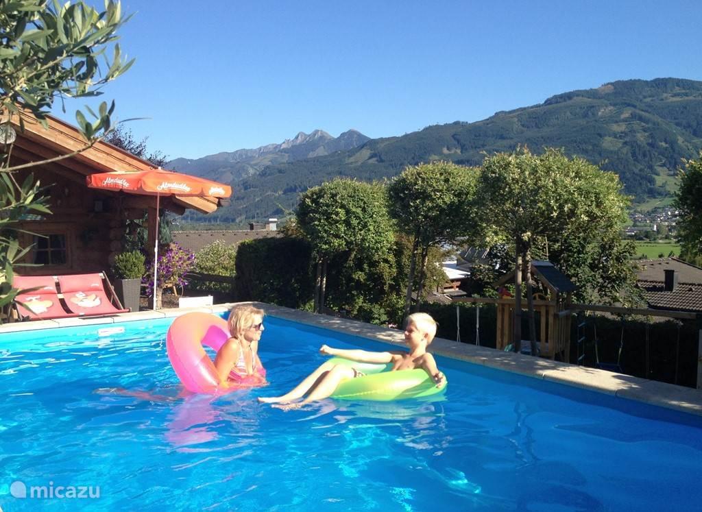 Verwarmd zwembad met uitzicht op de omliggende bergen