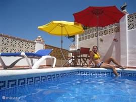 Bij het zwembad (met jetstream!! ) is natuurlijk een zithoek. Ook staan hier vier ligbedden tot uw beschikking. Door de jetstream kunt u echt zwemmen. Deze krachtige waterstraal is ook een prima massage. Hekken naar het zwembadterras,afsluitbaar.
