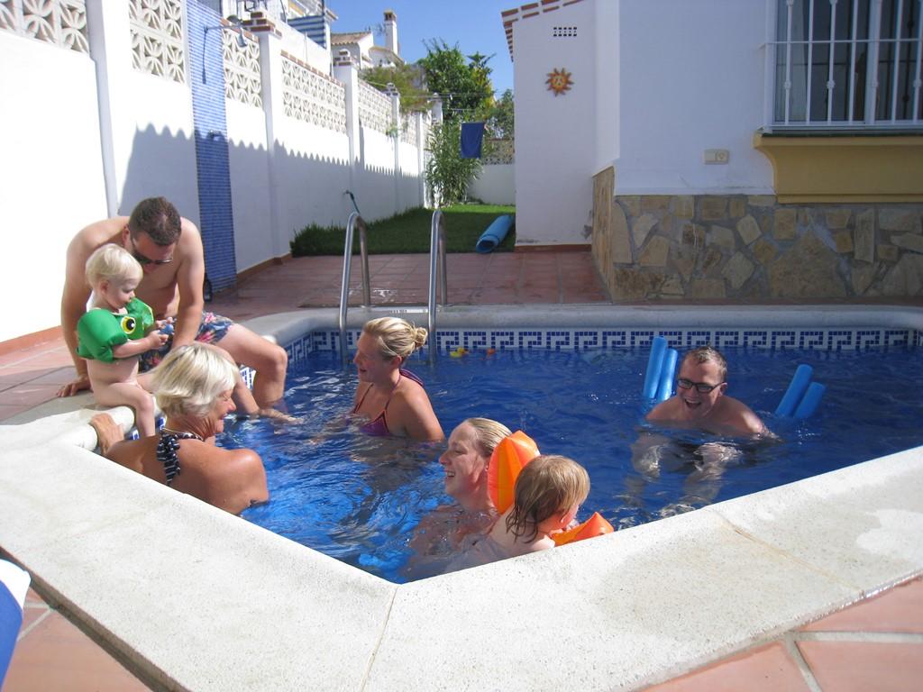 PAASHAAS:  tussen 3 en 19 april nu 65 euro p.d. in een luxe villa in de zon. Met verwarmd zwembad...