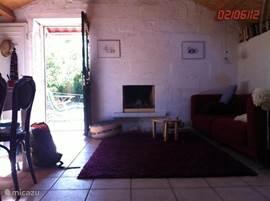 Open haard en uitzicht op tuin vanuit woonkamer met 8 persoons eetkamer