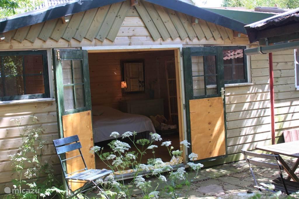 3e slaapkamer vanaf het privé-terras. Doorgang binnendoor naar keuken en toilet/douche.