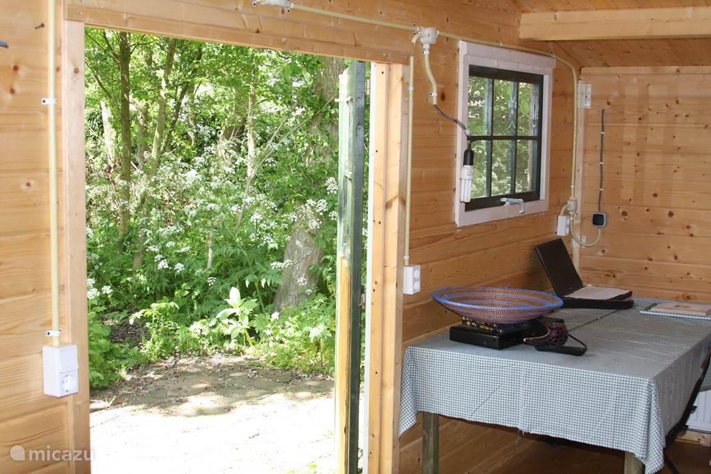 3e slaapkamer met uitzicht op bos en privé-terras.