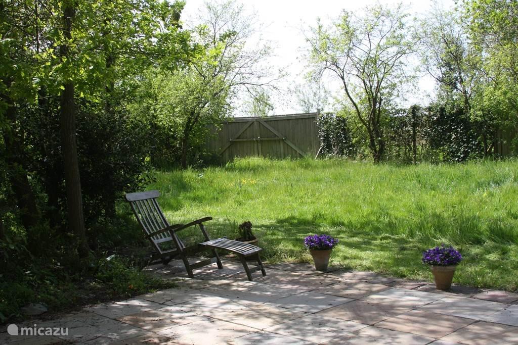Hoofdgrasveld en terras (nu gemaaid).