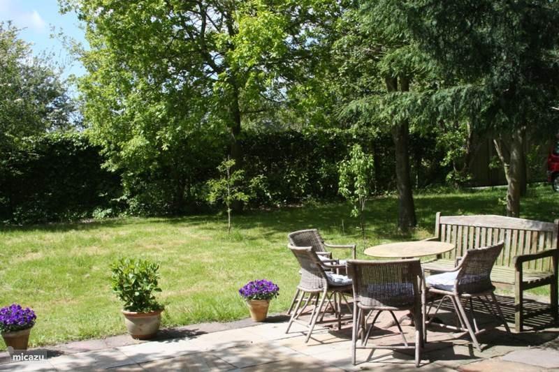 Strandvakantie in comfortabel landelijk gelegen zomerhuis in mooie zeer grote (1100 m2) omheinde tuin. Van 9-23 september slechts 650 euro per week!