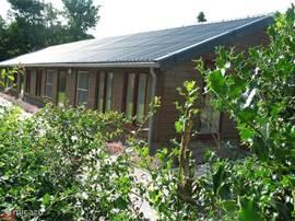 Voor alle informatie over dit huisje en omgeving verwijzen wij naar Stuurboord.  Wilt u met 8-12 personen vakantie houden? Gezien de ruime opzet van de huisjes is dit goed mogelijk. U kunt met 12 personen in één van de woonruimtes samenkomen.