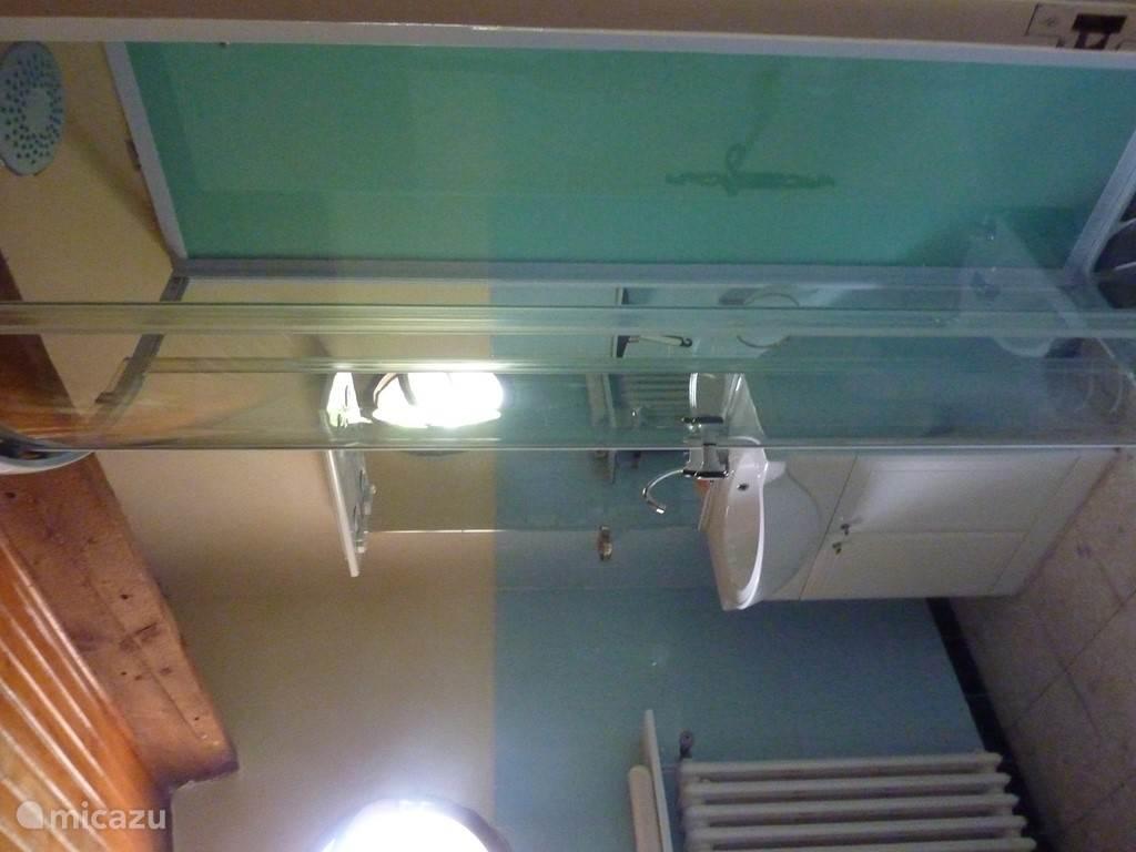 douche 1e etage, met toilet ( niet zichtbaar)