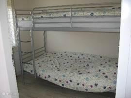 Kinderslaapkamer met stapelbed.