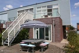 Aan het water gelegen woning met tuin op het zuiden. U kunt uw vishengel vanaf het terras uitgooien.