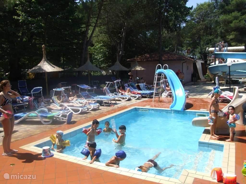 Het kinderzwembad met 1 waterglijbaan en 1 gewone glijbaan, 1 jacuzzi. Het zwembad is geopend van begin juni tot eind september. Het dragen van een badmuts verplicht.