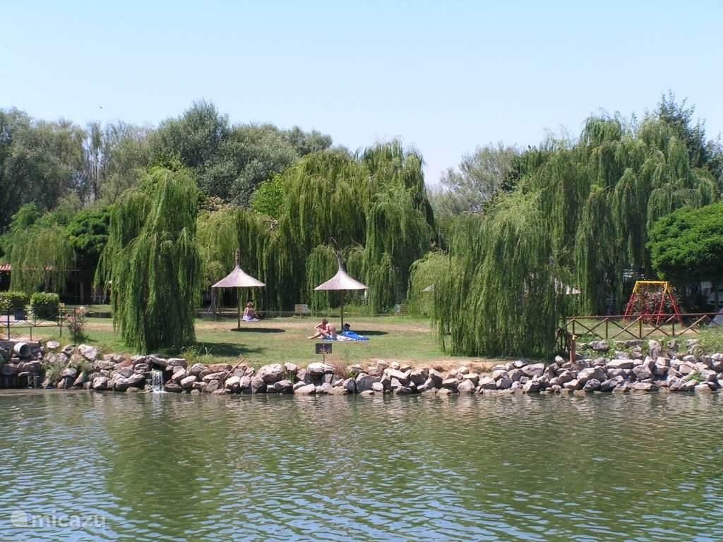 Privé (gras)strand aan het meer, met parasols in hawaïaanse stijl. Op het meer volop watersport mogelijkheden zoals zwemmen, surfen, zeilen (motorboten beperkt toestaan). Vissen behoort ook tot de mogelijkheden, hiervoor is wel een akte nodig.