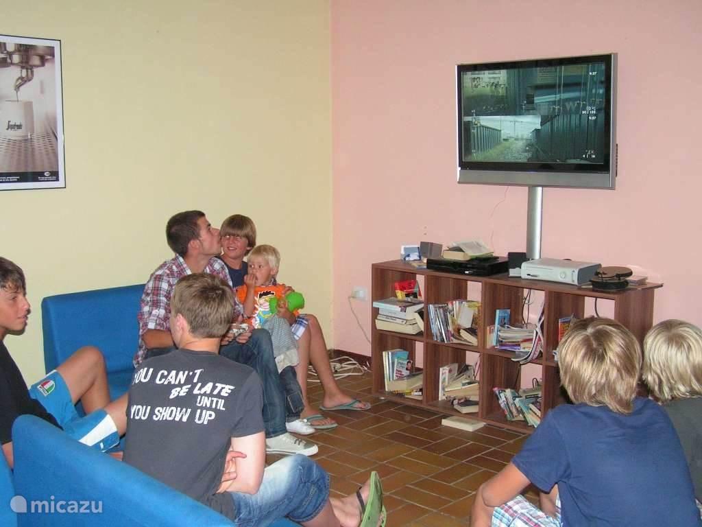 De televisiezaal bij de bar, er is ook een plaats waar videogames gespeeld kunnen worden.