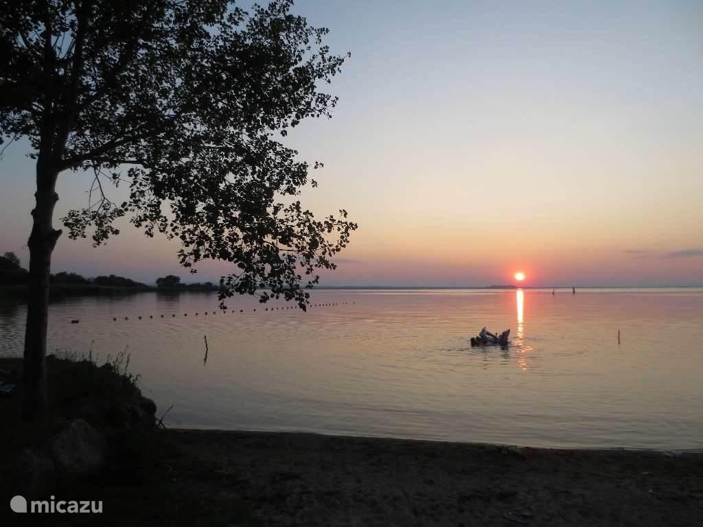 Genieten van de mooie zonsondergang