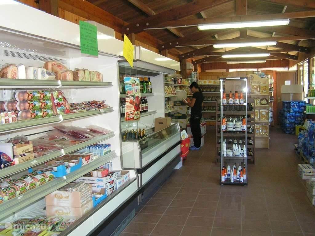De kampwinkel  iedere dag geopend, ook in het weekend. U kunt hier terecht voor de eerste levensbehoeften zoals vers brood (elke ochtend). In de kiosk vindt u verschillende boeken, buitenlandse kranten en tijdschriften.