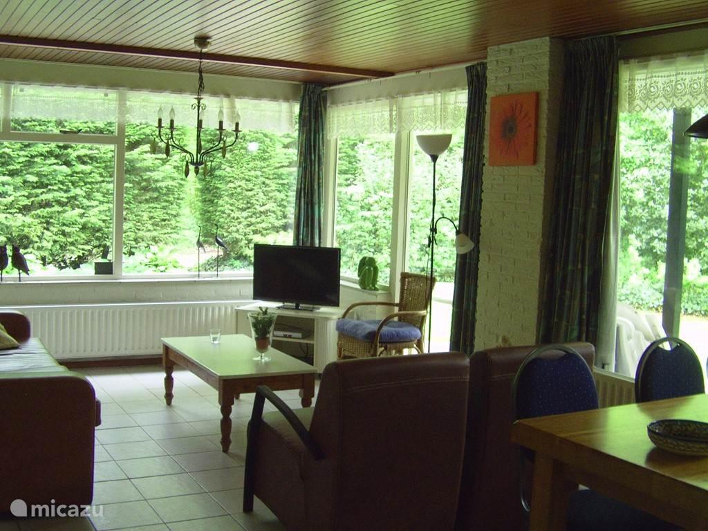 stikje rest , een ruime 6-persoons bungalow nu ook met 81cm. flatscreen tv achteraan gelegen op het park. veel rust en direct in het bos.