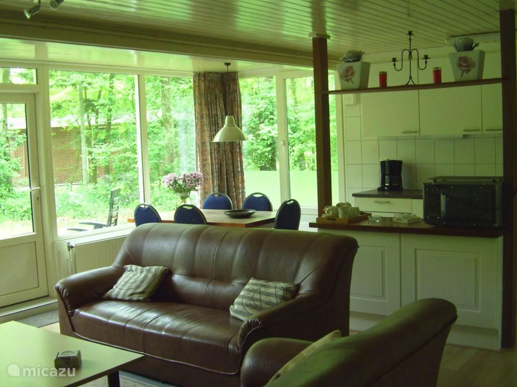 de jantina heeft een ruime woonkamer met vrij uitzicht en een zeer ruime tuin.