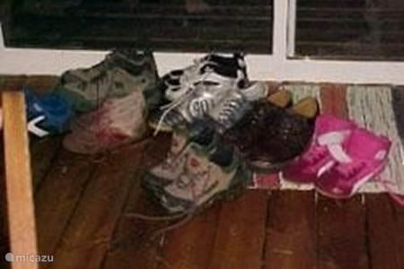 Schoenen uit in Zweden.