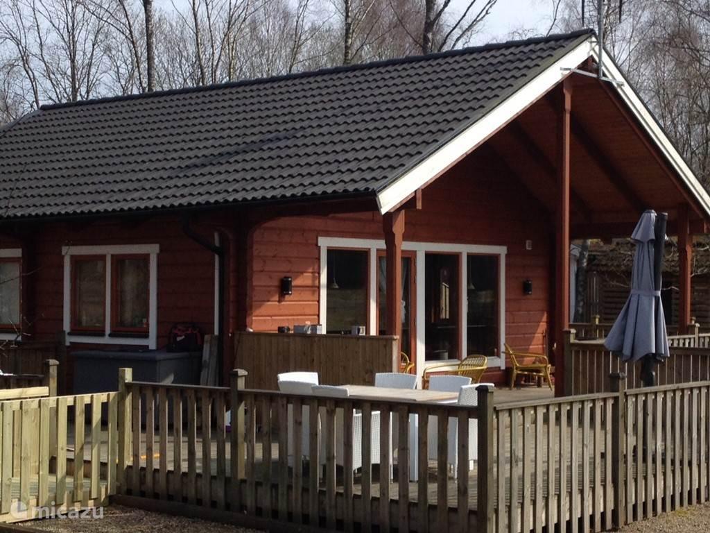 Een omgeving om (een romantische) of gewoon een fijne vakantie te vieren. Een nieuw, fantastisch huis, als een Finse blokhut, maar dan wel met de luxe en ambiance, waardoor je vakantie  een plek wordt om te onthaasten, een plek waar de tijd nog even stilstaat… Terras nu 84m! Welkom in zuid Zweden!