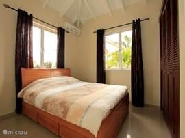 Slaapkamer met airco en ruime inbouwkasten