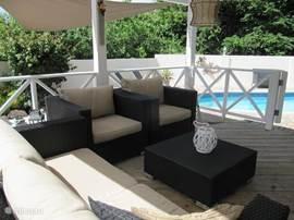 Comfortabele loungeset op de overdekte porch