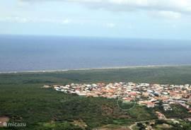 Luchtfoto van de hooggelegen wijk Sunset Heights nabij de noordkust van Curacao.