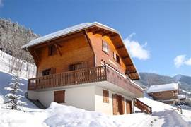 Beautiful, luxury apartment in detached chalet with beautiful views of the local ski slopes. Access to the slopes of the Portes du Soleil (650 km of slopes). Pleasant village with nice restaurants. Also suitable for summer, beautiful hiking