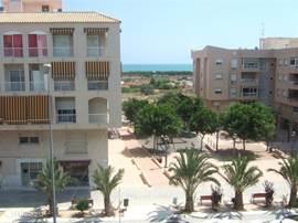 uitzicht op Plaza la Glea, met gezellige Bodega en speeltuintje