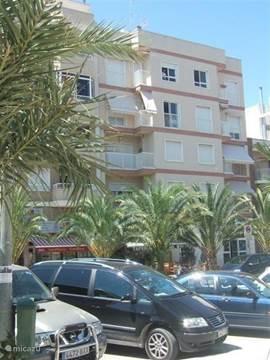 Het appartement bevindt zich in het cetrum van t Spaanse dorpje La Marina, ca 20 min ten zuiden van het vliegveld van Alicante. La Marina ligt temidden van de zoutpannen en de verreikende duinenrijen. Zicht op zee. Strand 4 min. met auto, lopend 15 min.