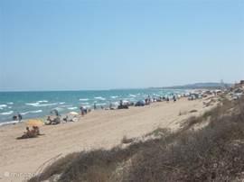 het strand van La Marina kijkend in de richting van Guardamar del Segura