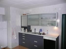 keuken aanrecht, met vaatwasser en o.a. senseo koffiezetapparaat