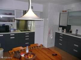 ruime eetkeuken, voorzien van combi-magnetron, vaatwasser en grote dubbeldeurs koelkast