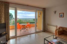 woonkamer met balkon/terras