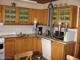 Woonkeuken met 6 zitplaatsen Grote koel en vrieskast,oven ,vaatwasser en combimagnetron. Ruim voldoende servies en kook gerei aanwezig.