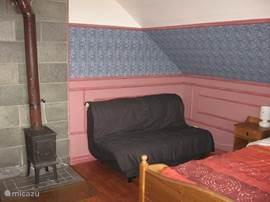 Grote slaapkamer 2) op de verdieping met 4 slaap mogelijkheden + 1 kinderbed en balkon. Met een inbouwkast